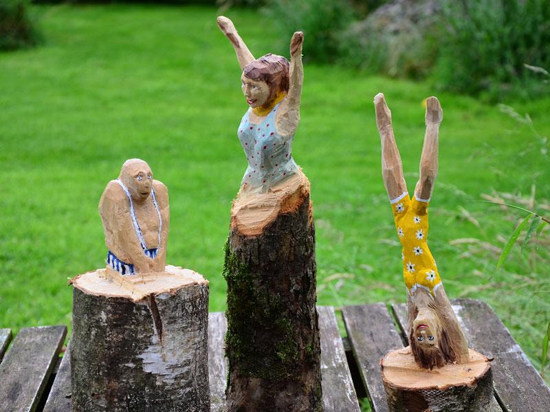 Umweltgrafik: Holzfiguren
